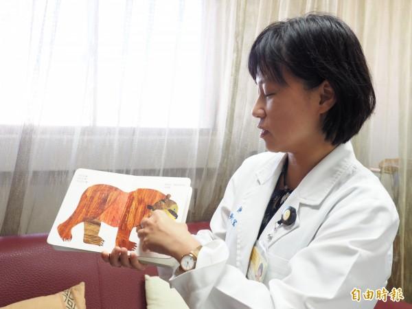 台東基督教醫院復健科醫師吳欣宜建議家長每天利用繪本、圖卡與孩子互動,有助孩子語言能力的發展。(記者王秀亭攝)