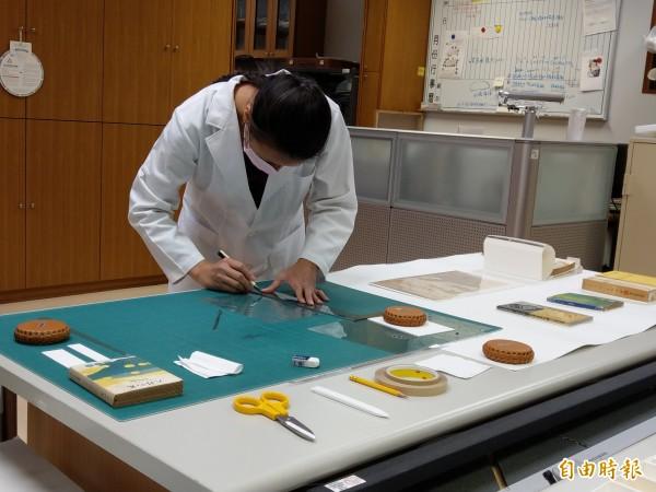台文館文物修復室首度開放媒體參觀,揭開文物回春的神祕面紗。(記者劉婉君攝)