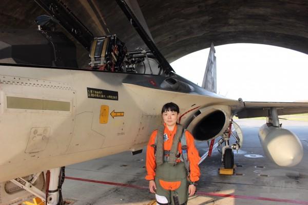 郭文靜中尉9日正式完成IDF經國號戰鬥機換裝訓練。(圖:軍聞社提供)。