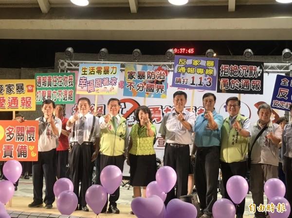 涂醒哲(左三)晚間參加家暴防治宣導活動。(記者丁偉杰攝)