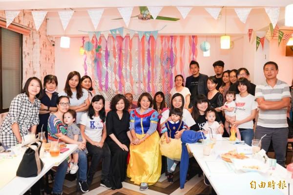 黃敏惠(中)舉辦論壇邀新手爸媽談親子育兒政策。(記者丁偉杰攝)