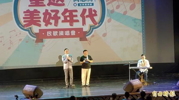 朱立倫(左)與高思博(站立者右)一起合唱民歌。高思博表示,要把台南打造成為民歌的重鎮。(記者蔡文居攝)