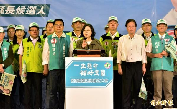 總統蔡英文今天為宜蘭縣長候選人陳歐珀站台,批評中國介入台灣大選,呼籲選民用選票捍衛台灣。(記者張議晨攝)