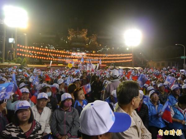 藍營支持者擠滿清水紫雲巖廣場,聲勢浩大。(記者張軒哲攝)