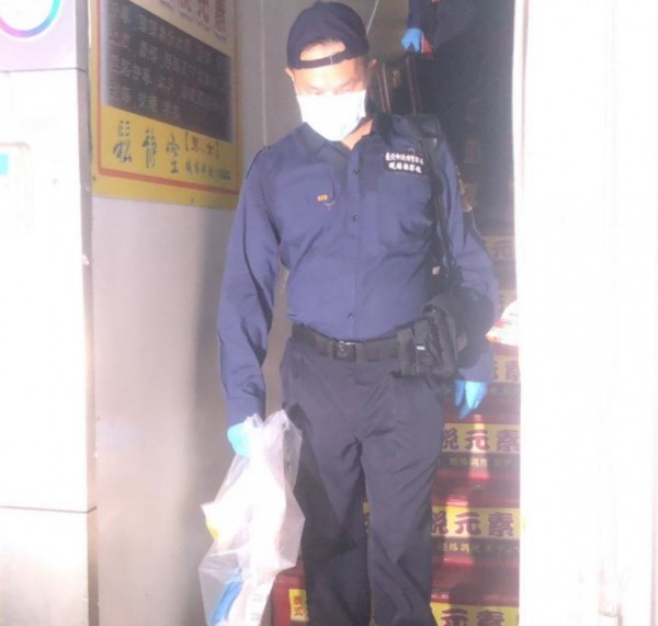 警方鑑識人員前往現場蒐證。(記者劉慶侯翻攝)