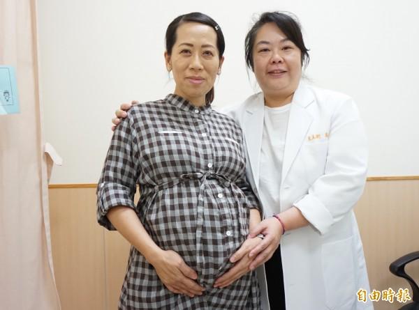 游婦懷了雙胞胎7個月,醫師王美衡持續追蹤,寶寶都很健康。(記者蔡淑媛攝)