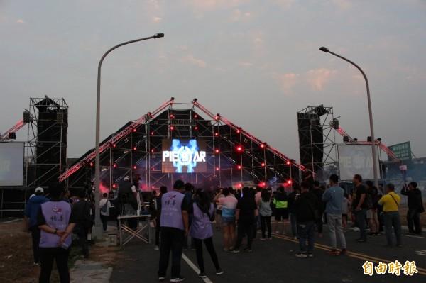 舞台燈光隨樂亮起。(記者張聰秋攝)