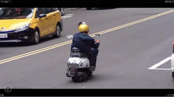 陳男刻意利用翹牌器將機車車牌翹起,導致警方無法辨識車牌。(記者陳薏云翻攝)