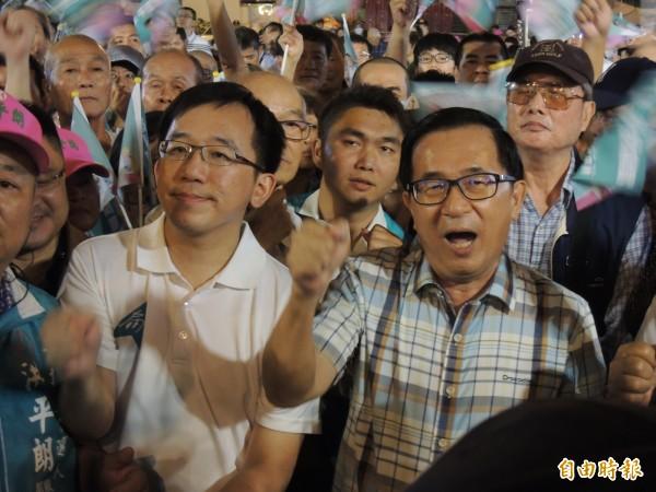 阿扁與陳致中歡唱台灣中國、一邊一國。(記者王榮祥攝)
