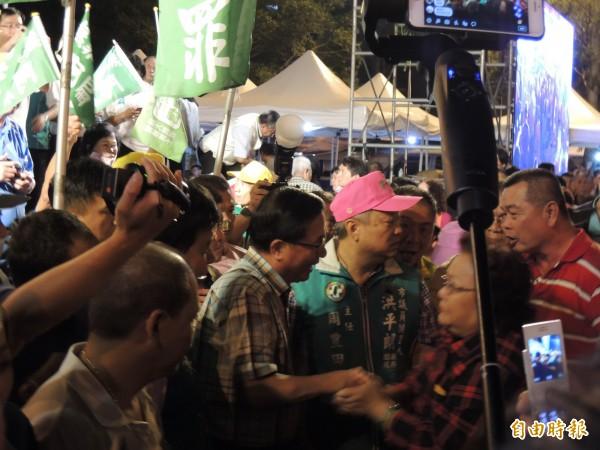 大批扁迷排隊與阿扁握手,為扁打氣。(記者王榮祥攝)