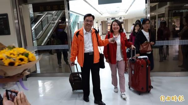 鄺麗貞抵達台東機場,與原民會主委夷將‧拔路兒一同走出機場管制出口。(記者黃明堂攝)