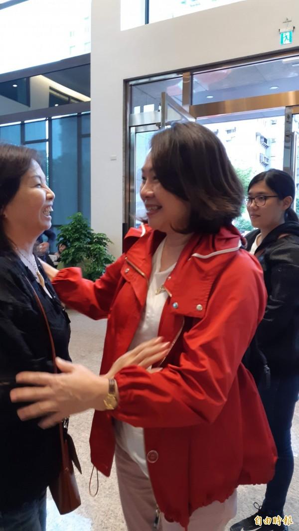 鄺麗貞今天下午在台東假期商旅與宋楚瑜會談之後,在大廳喜會舊識。(記者黃明堂攝)