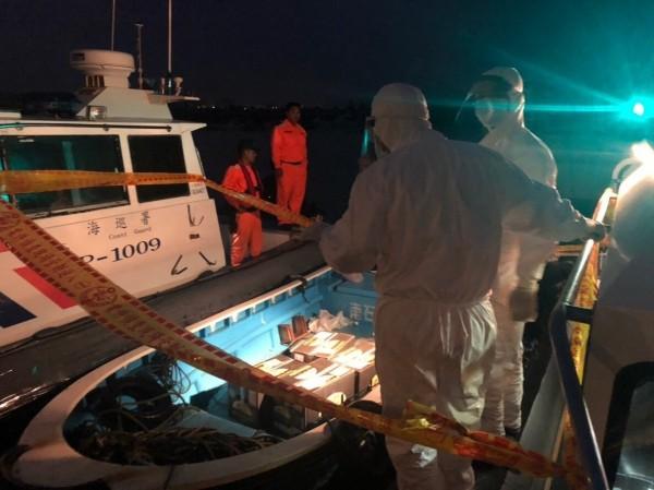 金門岸巡隊在馬山海域岸際截獲中國快艇有五箱可疑活體,立即拉起警戒線警示。(圖由金門岸巡隊提供)