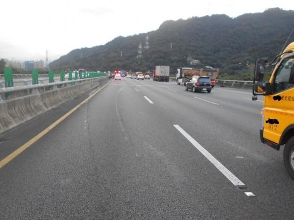 福高北上52.2K處,今天上午近6點傳出14車撞擊掉落的大圓盤狀馬達與線圈後,造成1車翻覆、13車爆胎、受損的連環車禍。(記者吳仁捷翻攝)