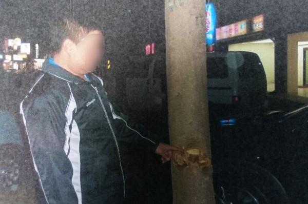 警方循線查獲涉嫌破壞行道樹的羅男。(記者彭健禮翻攝)