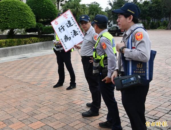 恆春警方宣示將嚴格管制未申請違法集會及室外政見會。(記者蔡宗憲攝)