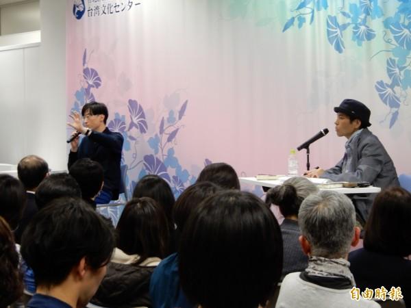駐日台灣文化中心本月2日邀請旅日台籍作家東山彰良(左)與天野健太郎(右)對談,吸引滿場的日本書迷聆聽。(記者林翠儀攝)