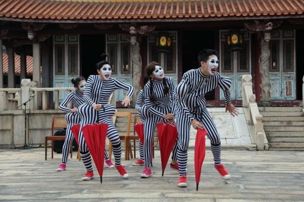 野孩子肢體劇場演出《哼哈爺奶》,為今年「馬戲平台」揭開序幕。(衛武營提供)