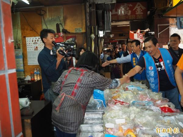 前總統馬英九今天9度到桃園陪黨籍市長候選人陳學聖掃街拜票。(記者陳昀攝)