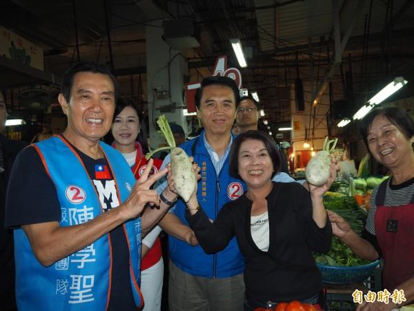 前總統馬英九今天9度到桃園永和市場陪黨籍市長候選人陳學聖掃街拜票。(記者陳昀攝)