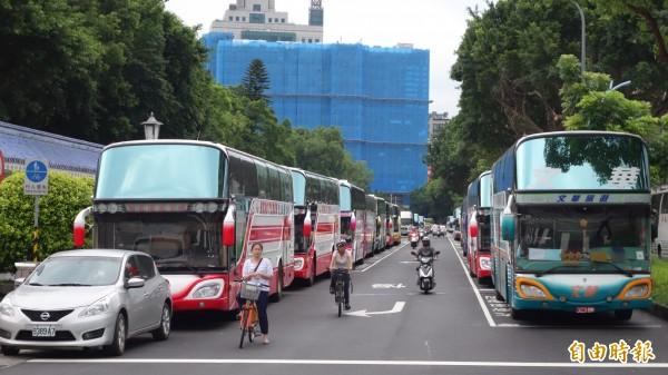 遊覽車業明號召百輛車包圍交通部,提出九大訴求要政府解決。(資料照,記者鄭瑋奇攝)