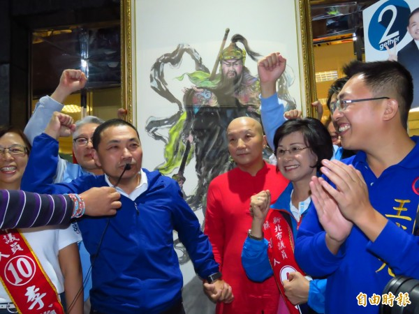 國民黨新北市長候選人侯友宜徒步掃街前獲贈關公畫像。(記者陳心瑜攝)