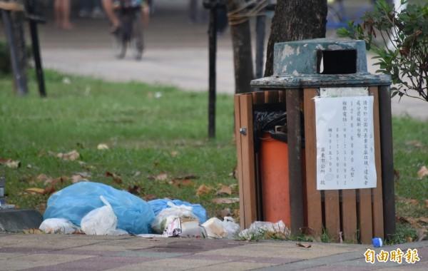 屏東市千禧公園被丟的垃圾多,髒亂引起民眾詬病。(記者葉永騫攝)