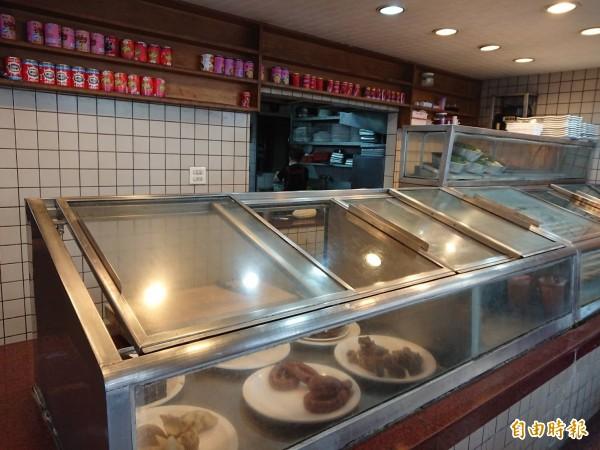 欣欣餐廳店面沒有特別講究排場,維持老式點菜櫃台。(記者洪瑞琴攝)