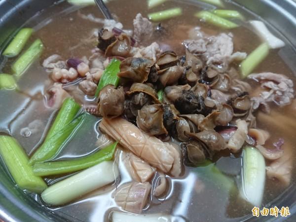魷魚螺肉蒜飽滿湯頭,一定要嚐過才知美味為何。(記者洪瑞琴攝)