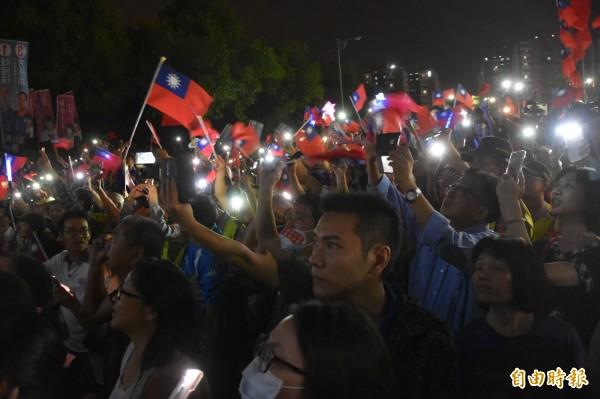 國民黨高雄市長候選人韓國瑜今晚在岡山舉辦造勢晚會,韓國瑜大進場時,現場群眾高唱軍歌《夜襲》。(記者蘇福男攝)