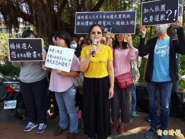 徐營遭點名的陳姓團隊成員當場泣訴由於臉書及通訊軟體瘋傳,讓她飽受惡意回應及騷擾,甚至影響她的家人,質疑遭人格抹黑、網路霸凌。 (記者廖雪茹攝)