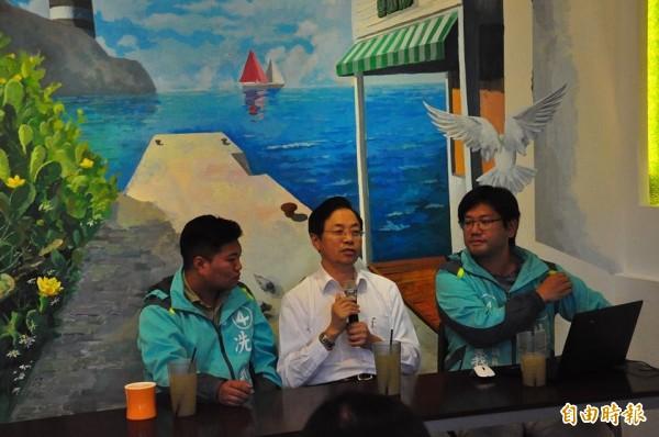 張善政與澎湖青年陣線候選人座談,並對外在臉書直播。(記者劉禹慶攝)