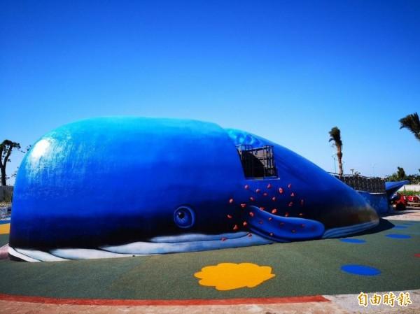 新北市八里商港公園內的鯨魚地景溜滑梯,搭配台北港入海口的意象,重滿濃濃海洋風。(記者葉冠妤攝)