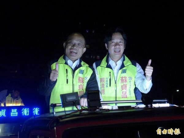 行政院長賴清德(右)、民進黨新北市長候選人蘇貞昌(左)在板橋市區車隊掃街拜票。(記者李雅雯攝)