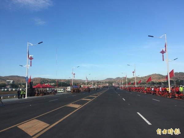 中國捐贈巴紐的「獨立大道」揭幕,由於今天是巴紐當地國定假日,湧入相當多民眾。(記者黃佩君攝)