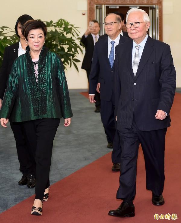 亞太經濟合作會議(APEC)年會暨領袖峰會登場在巴紐登場,台灣領袖代表張忠謀(右)與夫人張淑芬16日上午啟程前往巴布亞紐幾內亞出席領袖峰會。 (記者朱沛雄攝)