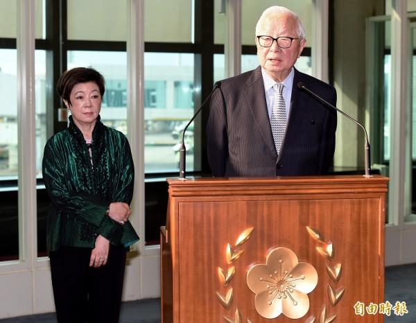 亞太經濟合作會議(APEC)年會暨領袖峰會登場在巴紐登場,台灣領袖代表張忠謀(右)與夫人張淑芬16日上午啟程出席領袖峰會,張忠謀在登機前表示,APEC是很重要的會議,「我會do my best」,在APEC會議中發言,並在會外與其他各國領袖自然互動,「我們一定要把最好的一面拿出去,並且努力爭取我們應該有的利益」。(記者朱沛雄攝)
