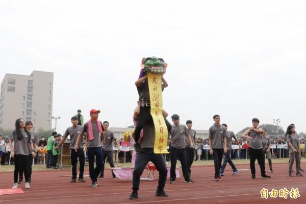 學生開口獅表演祝福學校生日快樂。(記者廖淑玲攝)