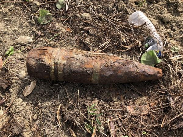 榴彈砲外表鏽蝕斑斑,研判為二戰時期遺留。(記者洪臣宏翻攝)