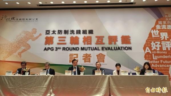 洗錢防制辦公室主任陳明堂(右三)表示,APG已與司法院接觸,相信未來有關洗錢的量刑會更一致。(記者吳政峰攝)