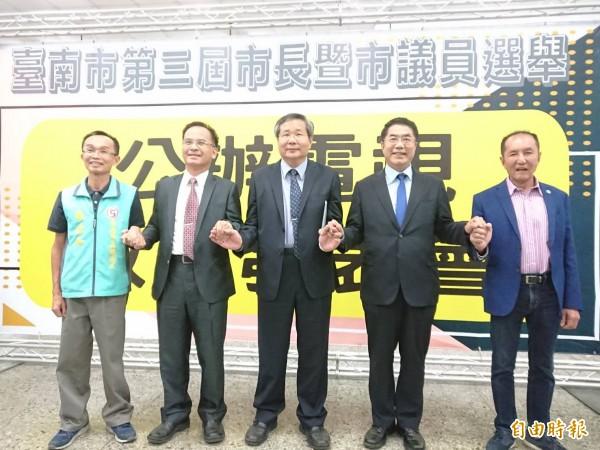 台南市長選舉第二場公辦電視政見會今晚登場,5位到場的候選人先握手致意。(記者洪瑞琴攝)
