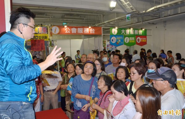 大台南國際旅展揭幕,現場湧進人潮。(記者吳俊鋒攝)