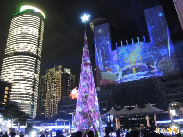 新北歡樂耶誕城今晚開城,營造出璀璨的耶誕氣氛。(記者翁聿煌攝)