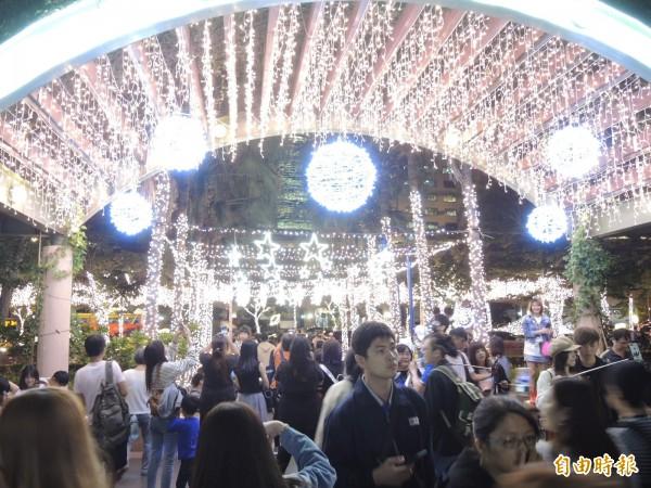 主辦單位用數十萬顆LED燈泡打造出耀眼的星空步道。(記者翁聿煌攝)