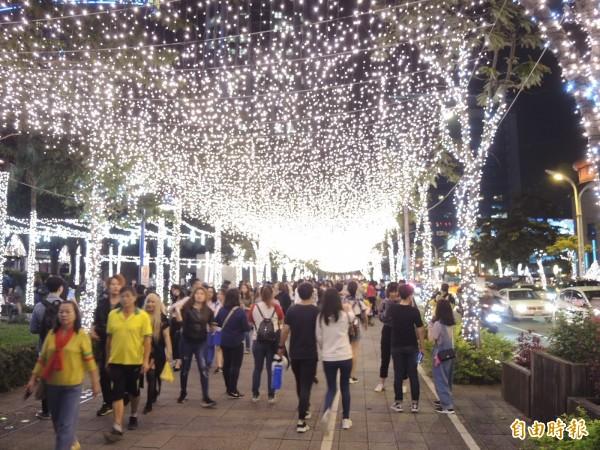 民眾走在閃亮的星空廊道中,彷彿被滿滿的幸福感包圍。(記者翁聿煌攝)