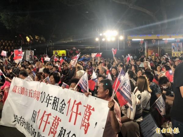 高思博在東區關帝廳參加電視台政論節目,現場擠滿了支持者,場面熱烈。(記者蔡文居攝)