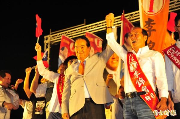 宋楚瑜到台南替親民黨台南市議員候選人李錦泉助選。(記者王捷攝)