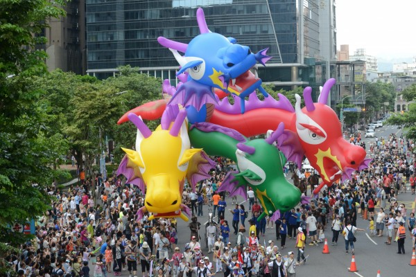 四頭龍大氣球明天將走上高雄街頭。(記者王榮祥翻攝)