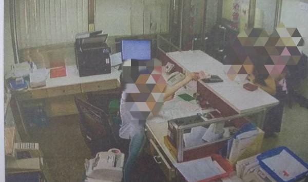 許姓女行員在櫃檯兌換人民幣時,因6張鈔票被公文壓住沒發現,被視為業務侵占現行犯。(記者王捷翻攝)