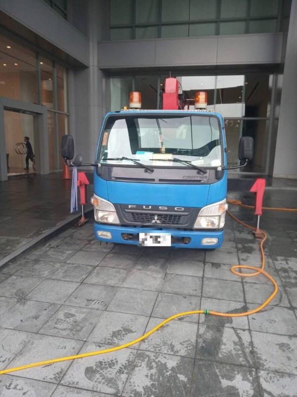 陳姓男子的車輛及清洗工具還停在大樓門前。(記者陳恩惠翻攝)